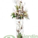 Vase de verre illuminé avec branches, cônes, oiseaux et chevreuils