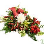 Mufliers, chrysanthèmes, baies et feuillage, réunis dans un bouquet d'aspect joyeux et festif