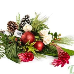 Bouquet de Noël avec fleurs de ginger, ornements et cônes de pin