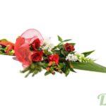 Bouquet de roses rouges et mufliers orné d'un ruban rouge et léger