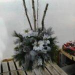 Arrangement de Noël, blanc et argent avec branches de bouleau