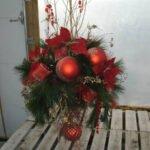 Arrangement de Noël avec branches naturelle et boules rouge