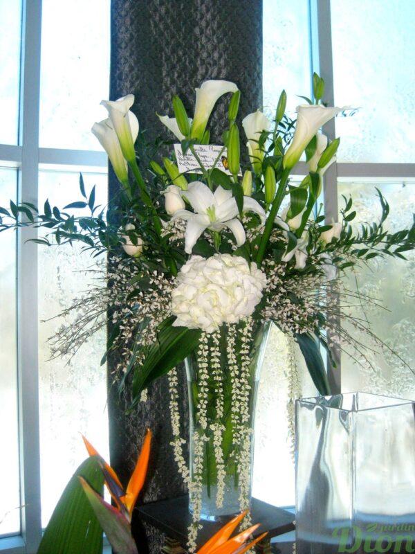FMO-02016-lueur-fleurs coupees dans un vase-mortuaire-blanc