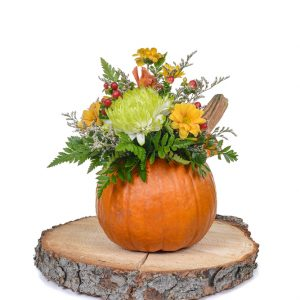 Arrangement citrouille, fleurs et baies
